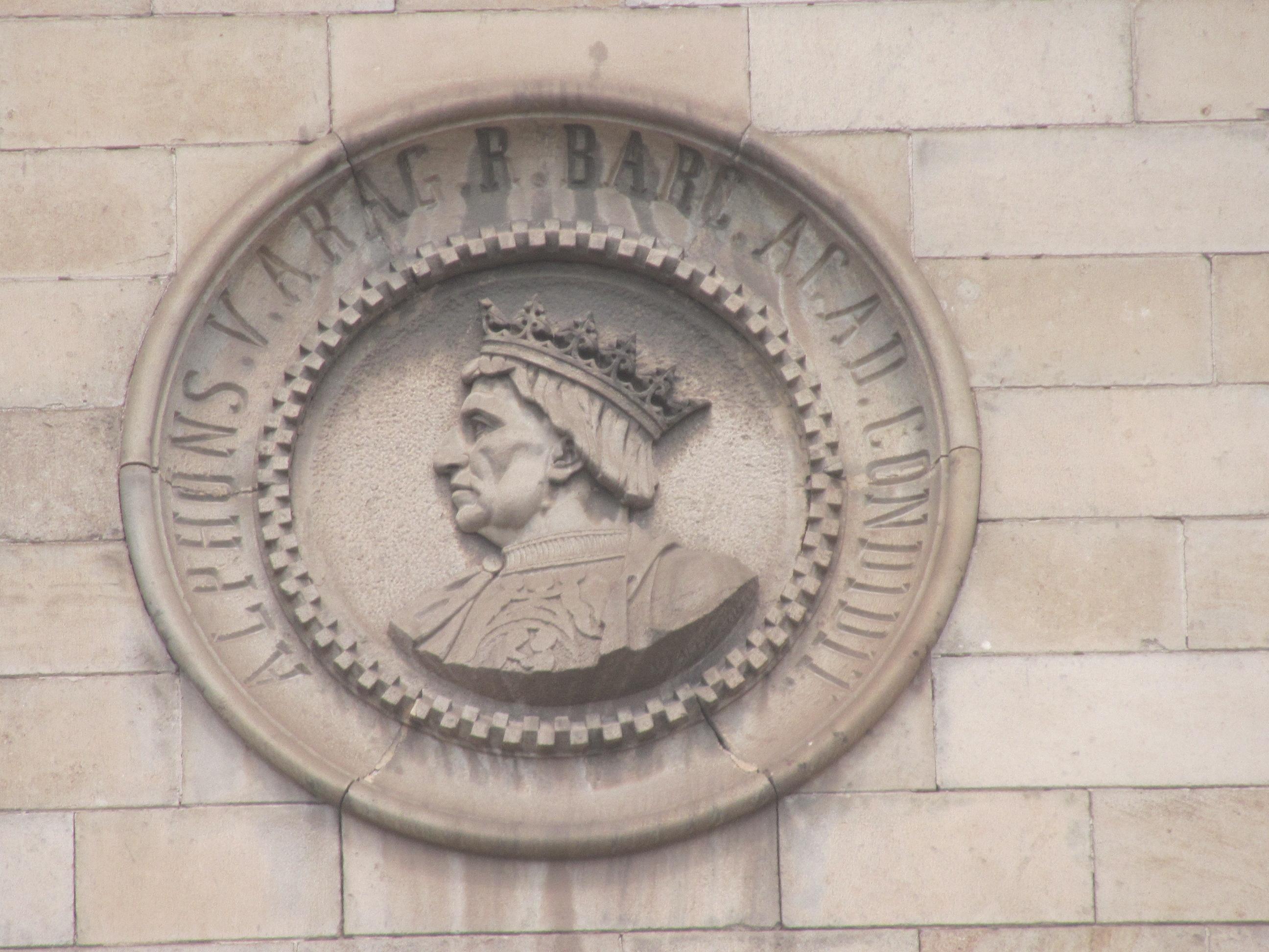 Los medallones y el escudo mon rquico de la universidad for En que universidades hay arquitectura