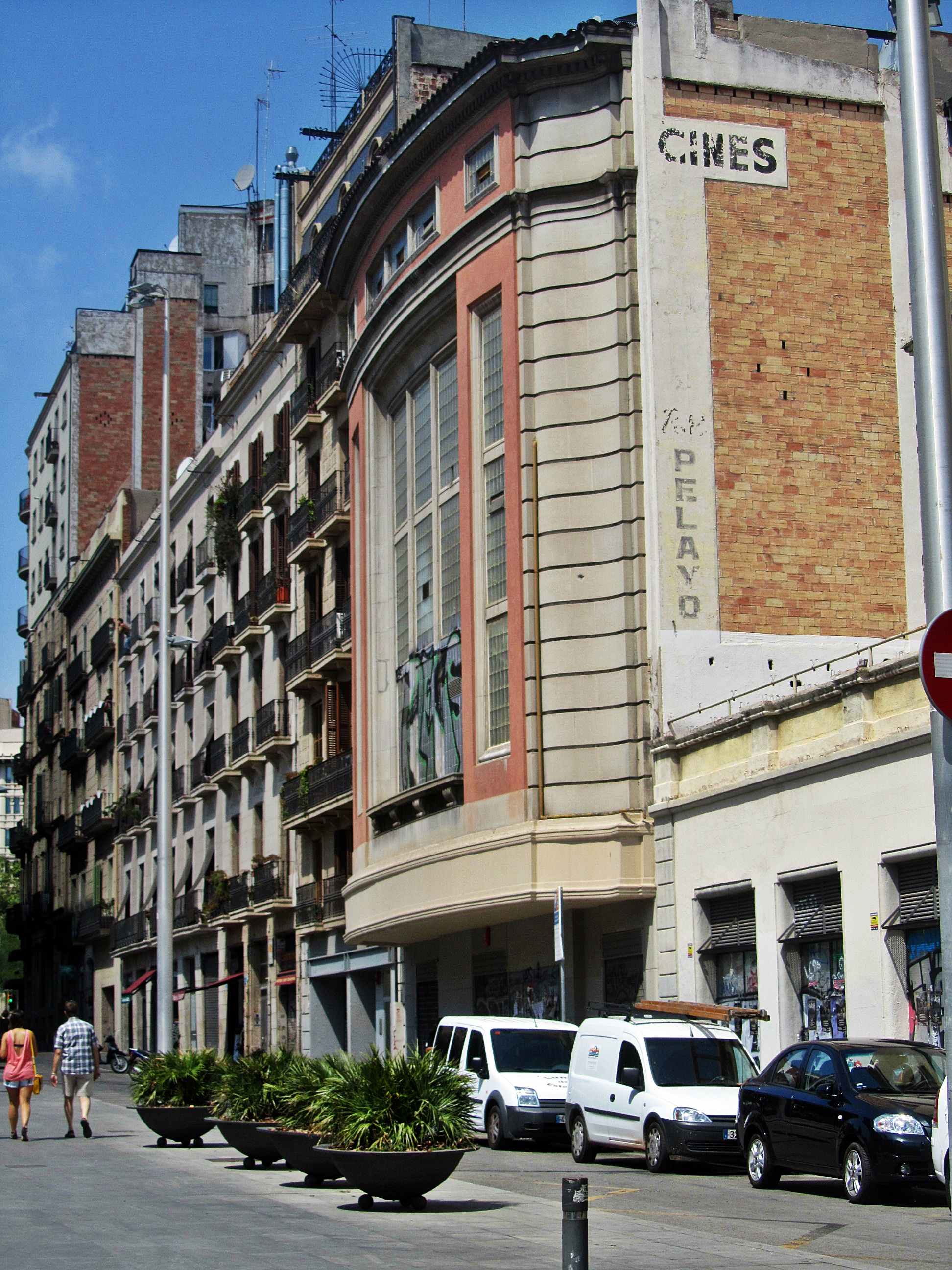 La fachada del antiguo cine petit pelayo de la calle for Oficinas pelayo barcelona